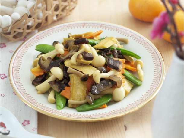 腊肉炒双菇 Stir-Fried Mixed Vegetables with Waxed Meat